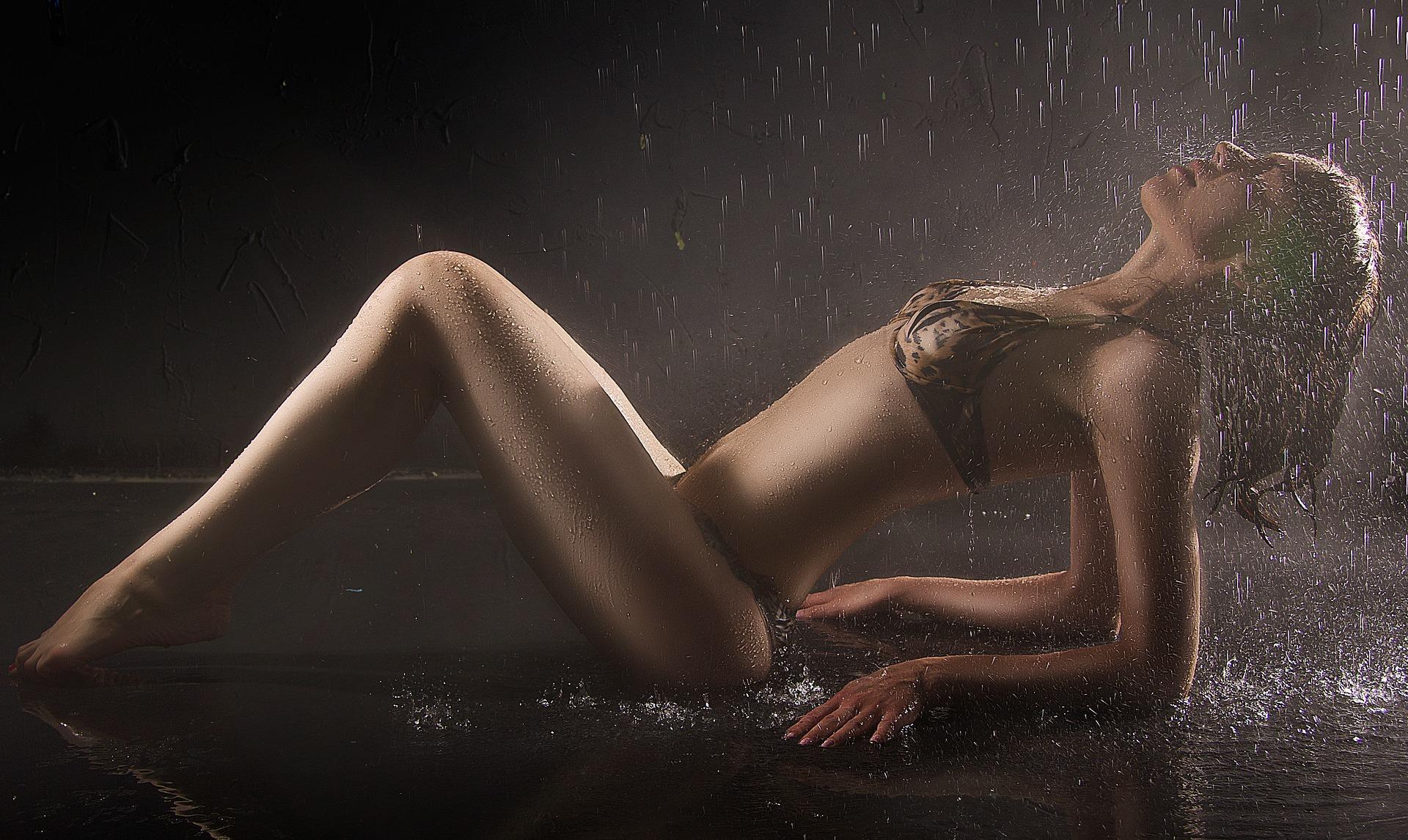 ragazza in costume e pioggia